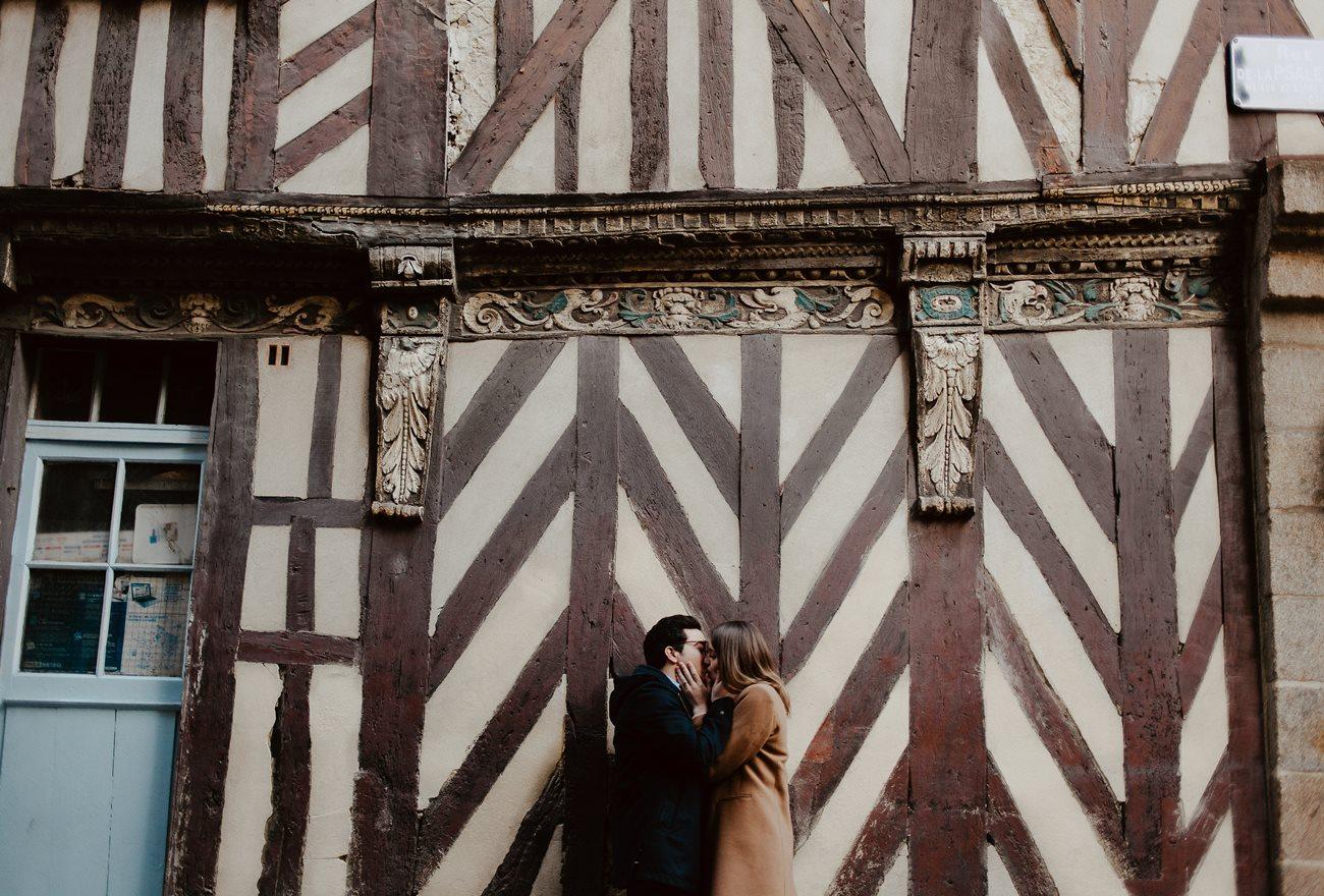 seance engagement baiser couple maison colombage Rennes