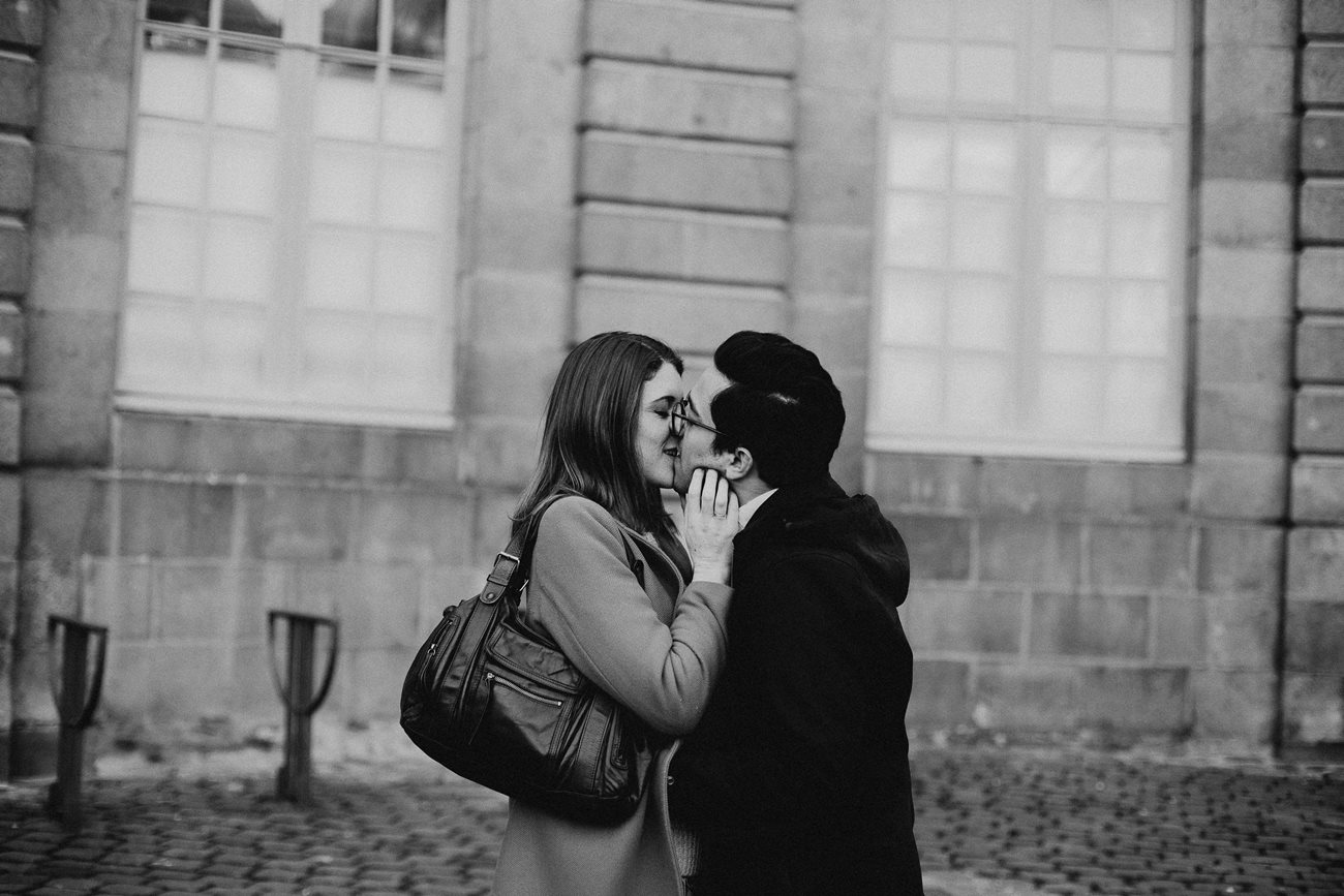 seance engagement couple bisous Rennes noir et blanc