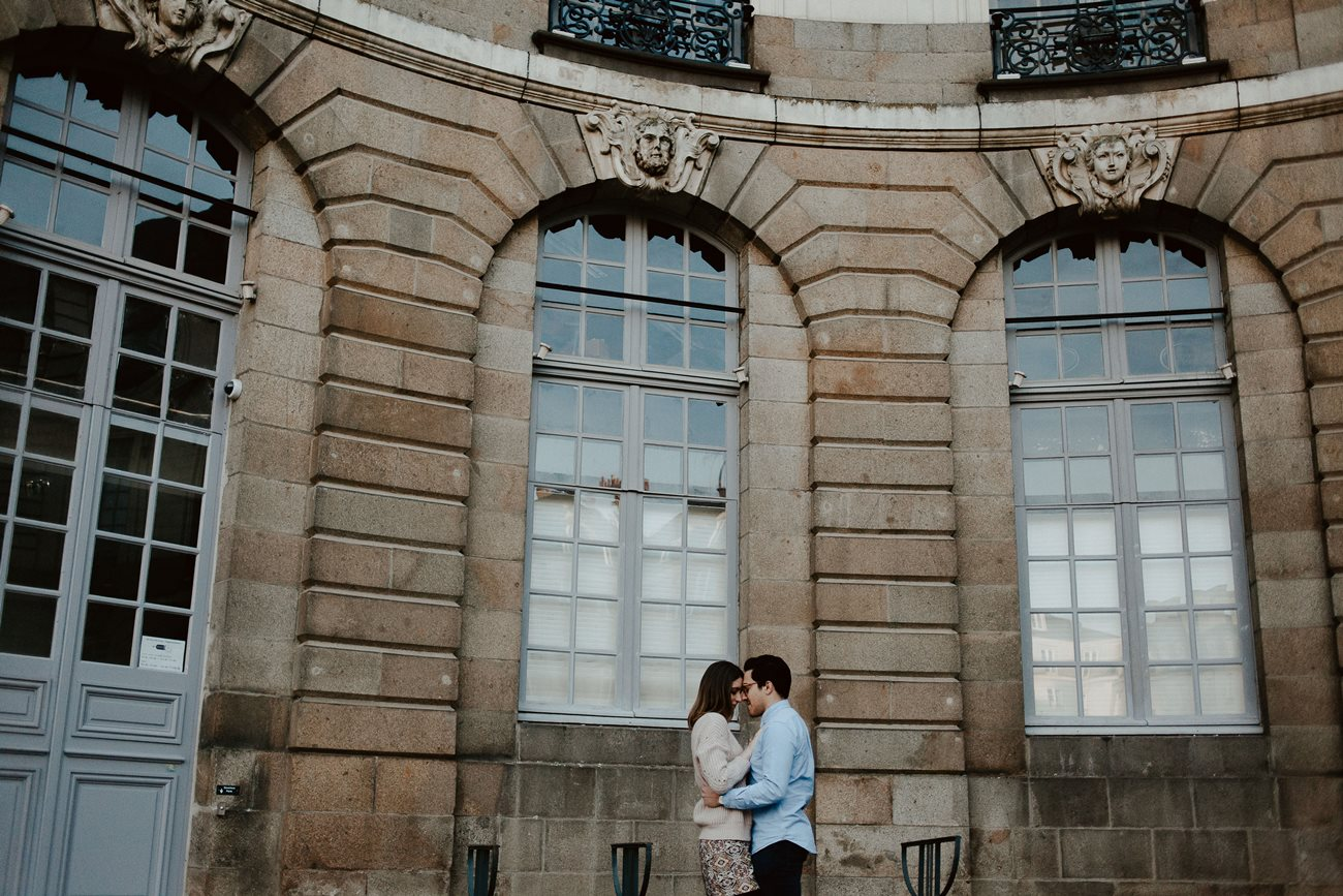 seance engagement couple place de la mairie Rennes