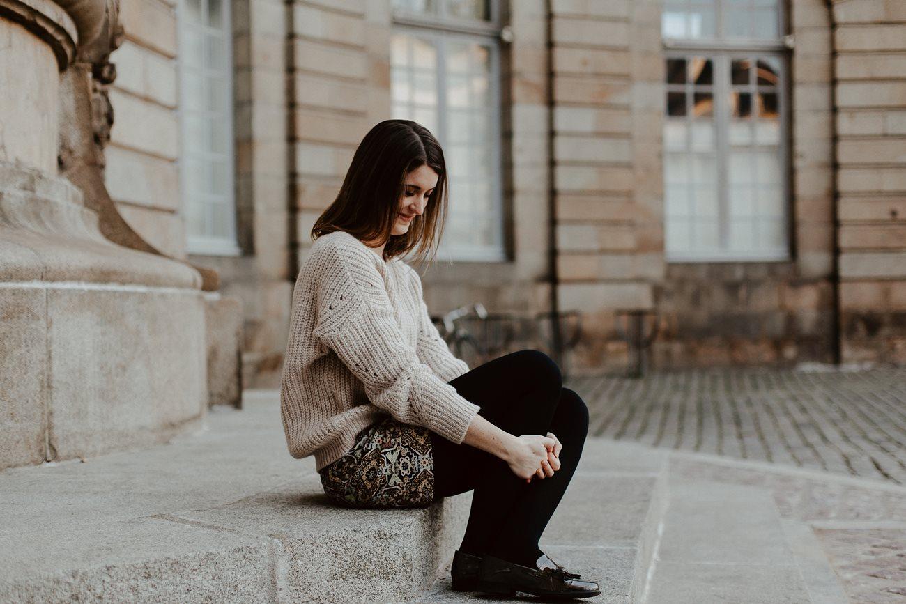 seance engagement portrait femme place de la mairie Rennes
