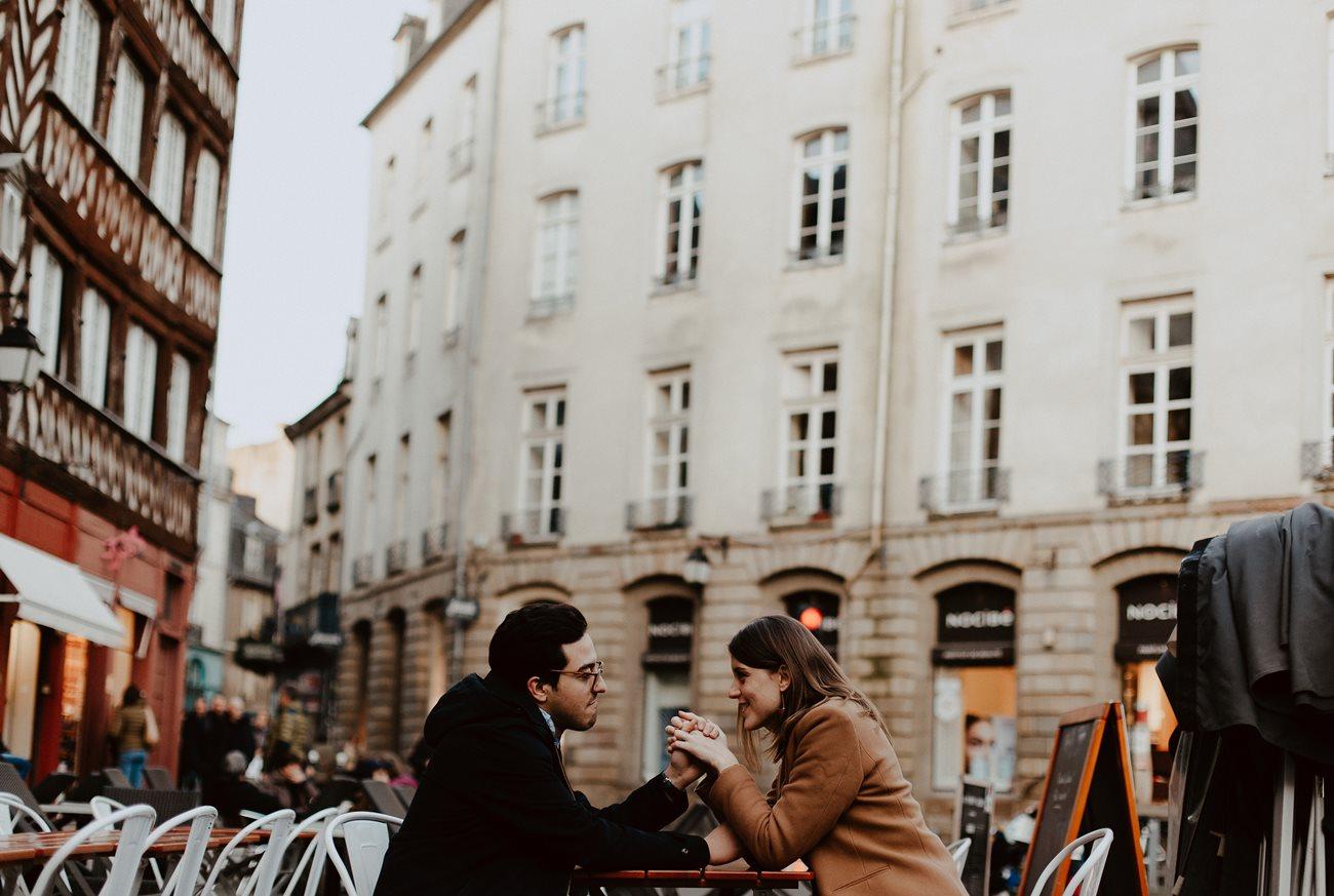 seance engagement couple en terasse main dans la main Rennes