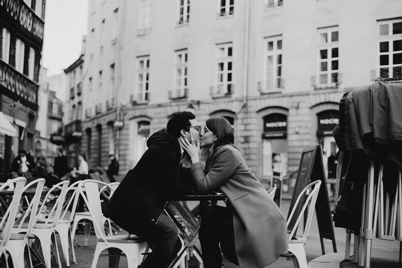 seance engagement couple en terrasse baiser noir et blanc Rennes