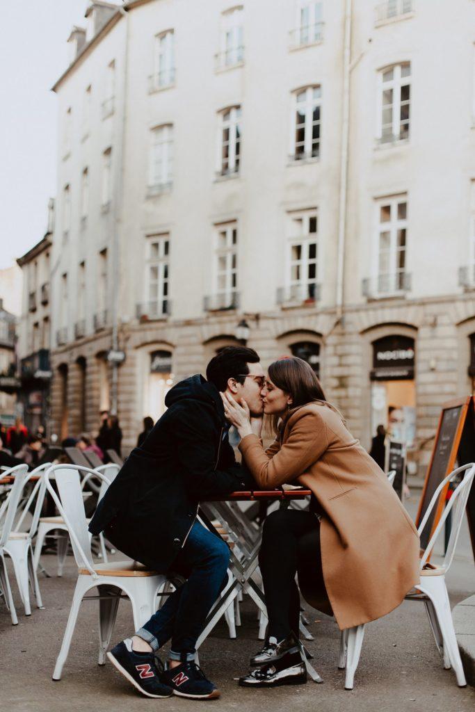 seance engagement couple en terrasse baiser Rennes