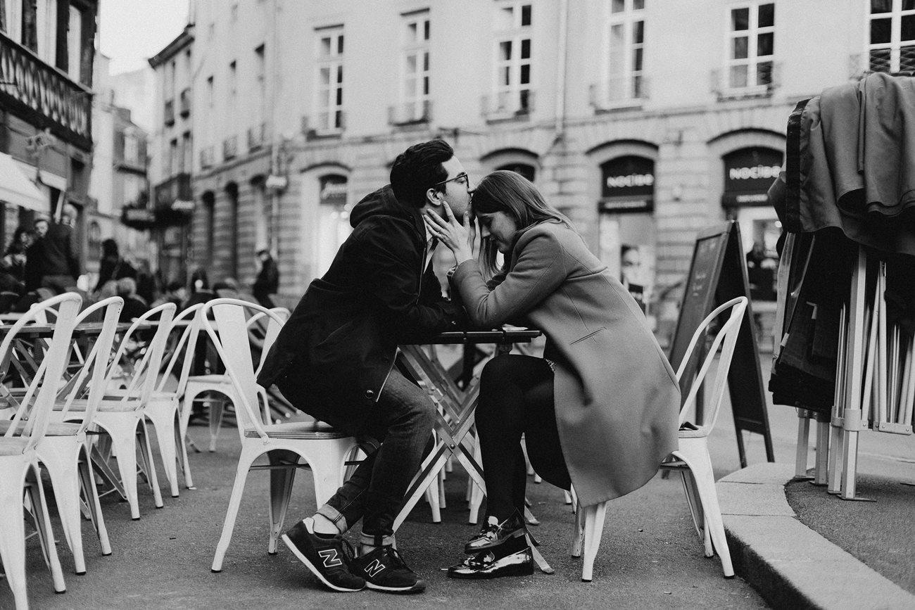 seance engagement couple en terrasse baiser Rennes noir et blanc