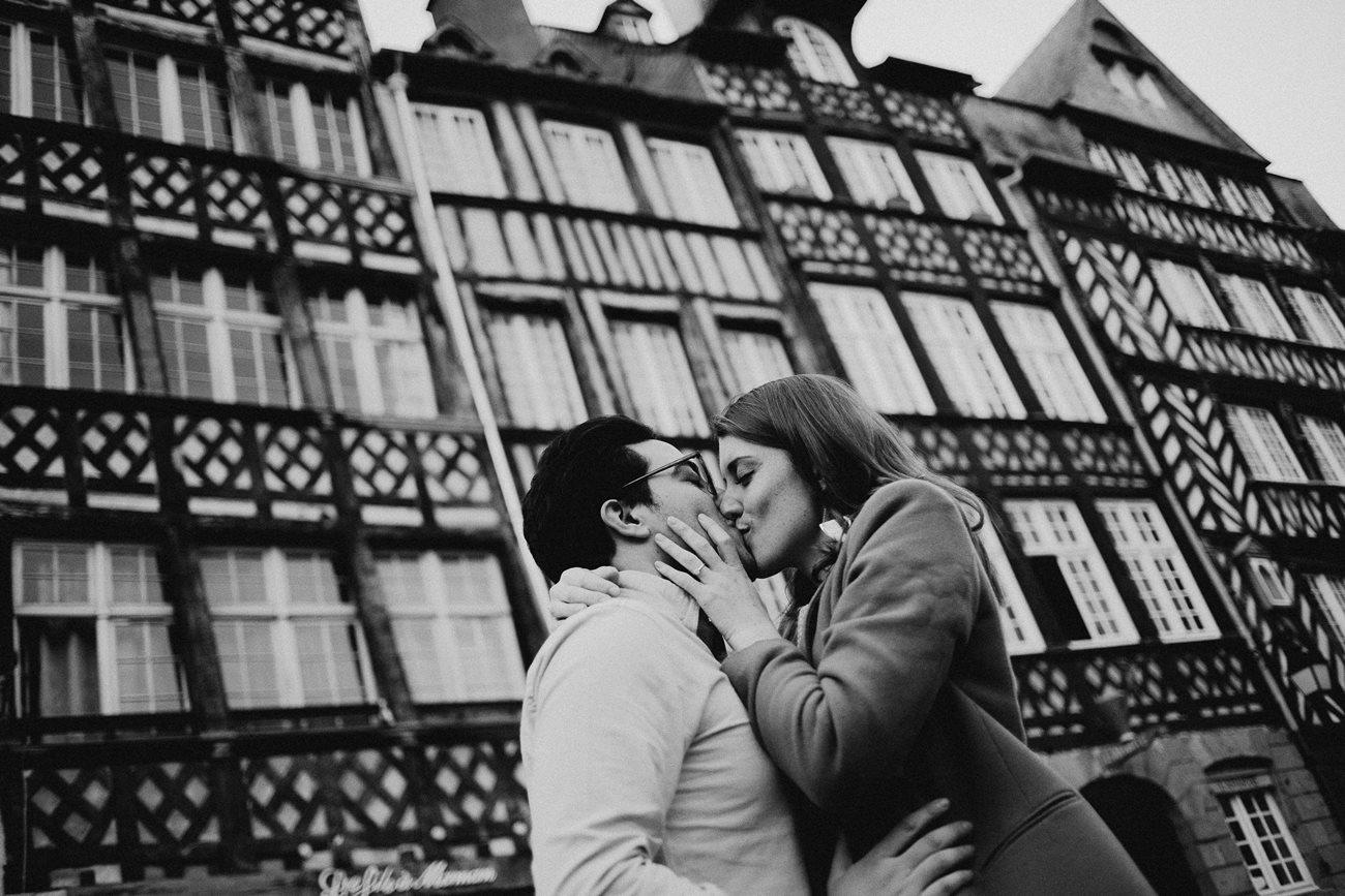 seance engagement baiser couple rennes maisons colombage noir et blanc