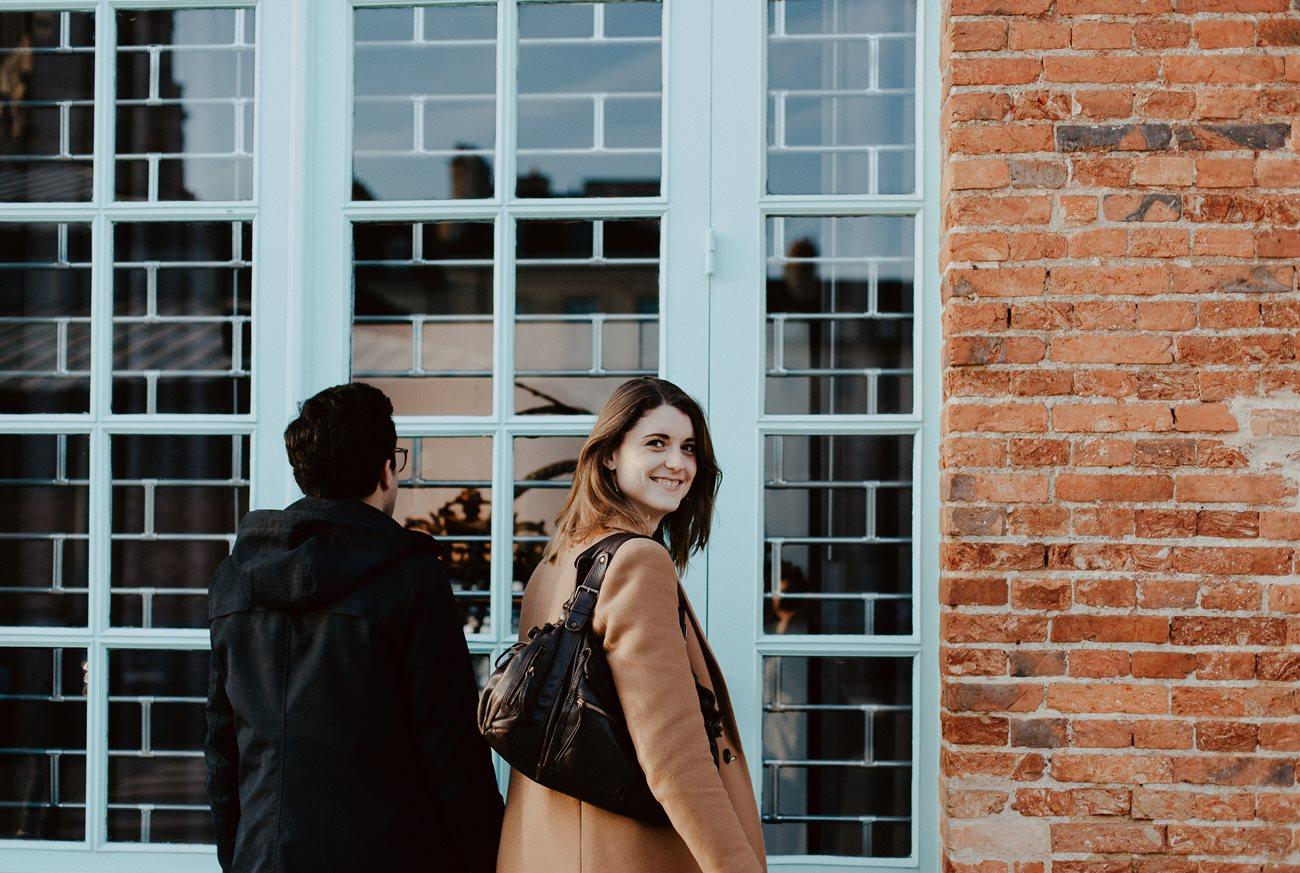 seance engagement couple rennes regard femme mur brique