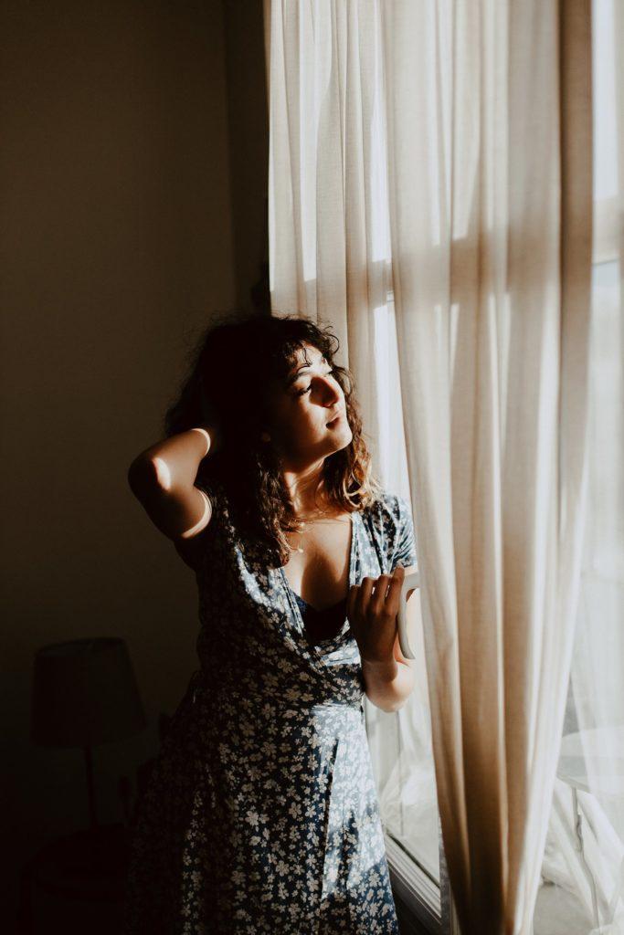 séance portrait intimiste intérieur femme fenêtre visage ombres lumières
