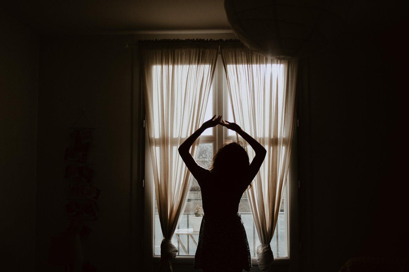 séance portrait femme intimiste intérieur fenêtre silhouette lumière ombre