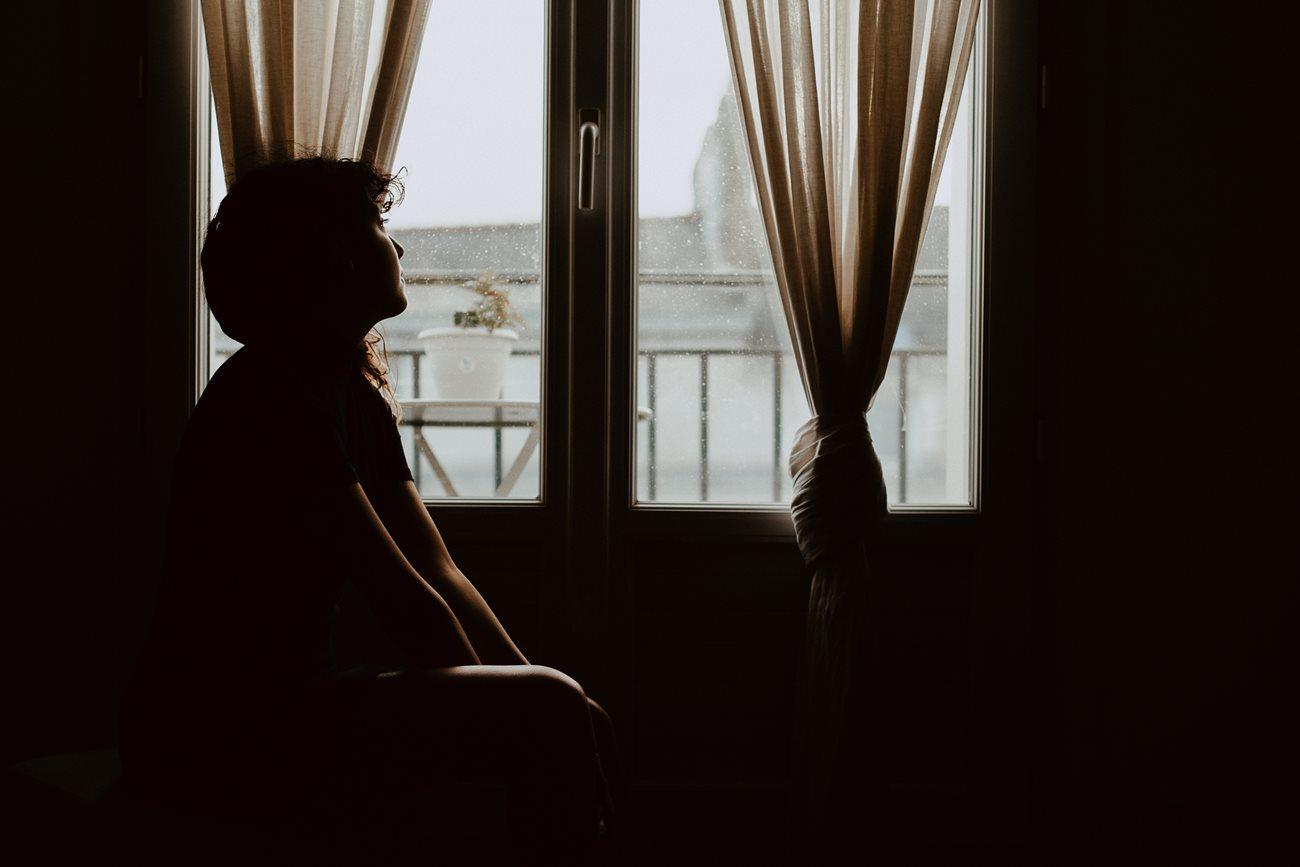séance portrait intimiste intérieur femme regard fenêtre silhouette lumière