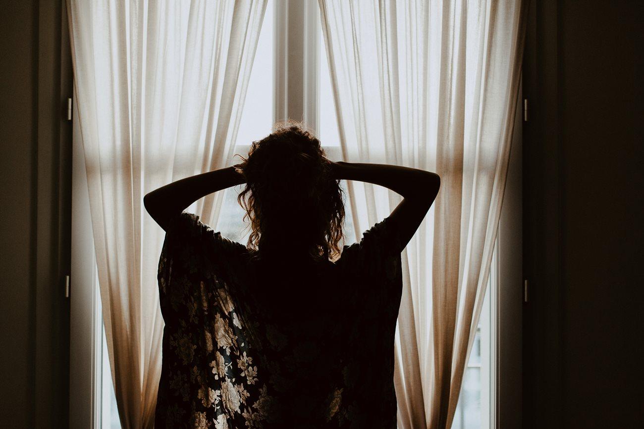 séance portrait intimiste intérieur femme kimono fenêtre
