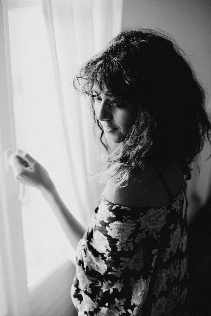 séance portrait intimiste intérieur femme kimono fenêtre noir et blanc