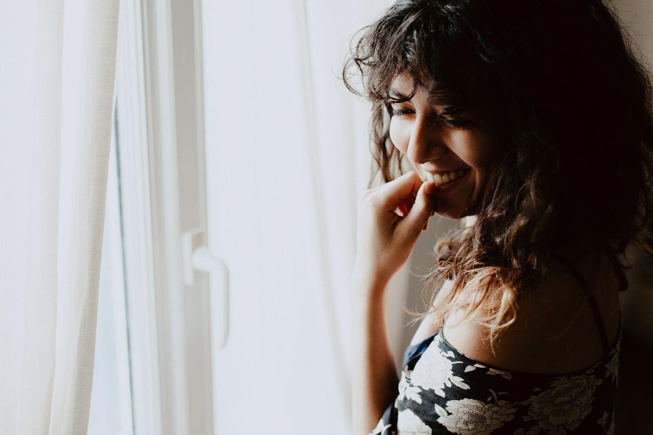 séance portrait intimiste intérieur femme kimono fenêtre rires