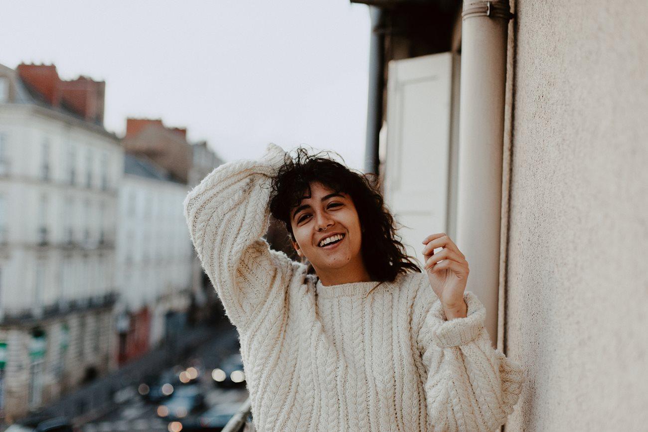 séance portrait femme urbain balcon Nantes rires gros pull hiver