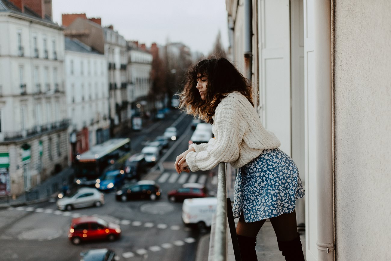 séance portrait femme urbain balcon Nantes gros pull robe