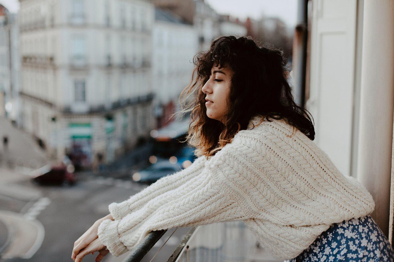 séance portrait femme urbain balcon Nantes hiver cheveux gros pull