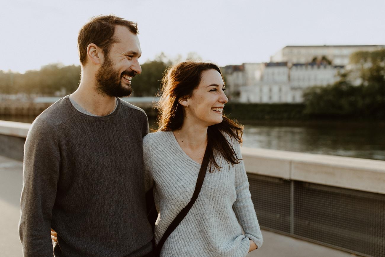 séance photo couple Nantes promenade bord de Loire rire