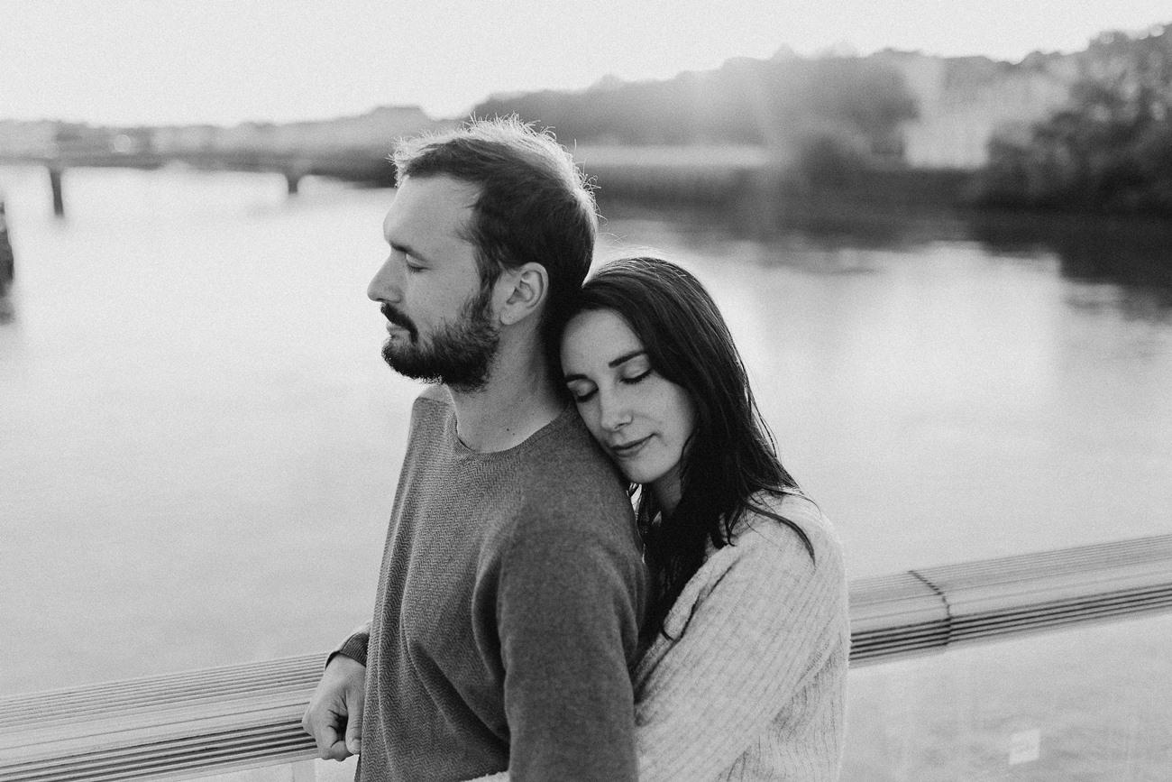 séance photo couple Nantes calin pont noir et blanc