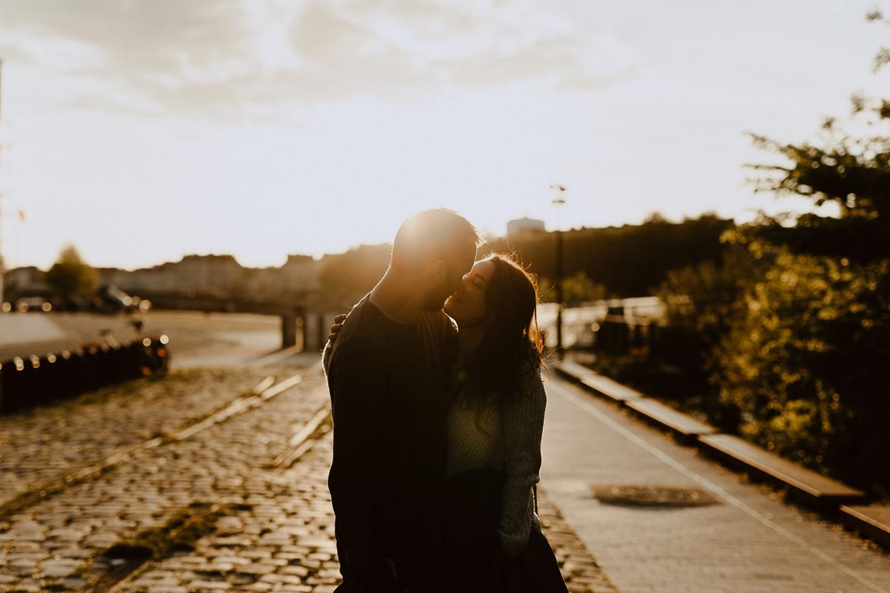 séance photo couple Nantes bisou bord de Loire rayon de soleil
