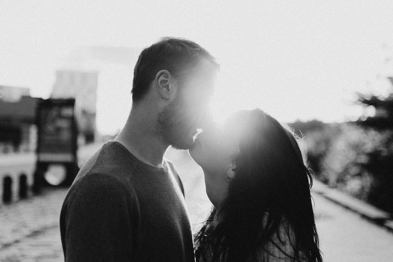séance photo couple Nantes bisou bord de Loire rayon de soleil noir et blanc