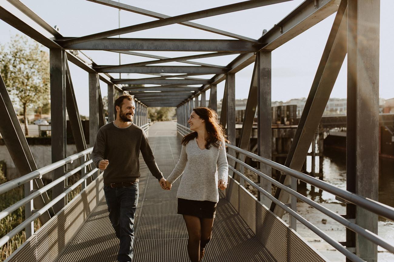 séance photo couple Nantes promenade pont métallique