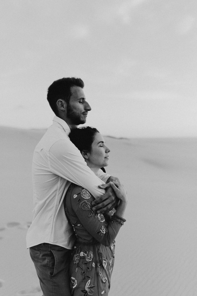 séance couple dune du Pilat calin yeux fermés noir et blanc