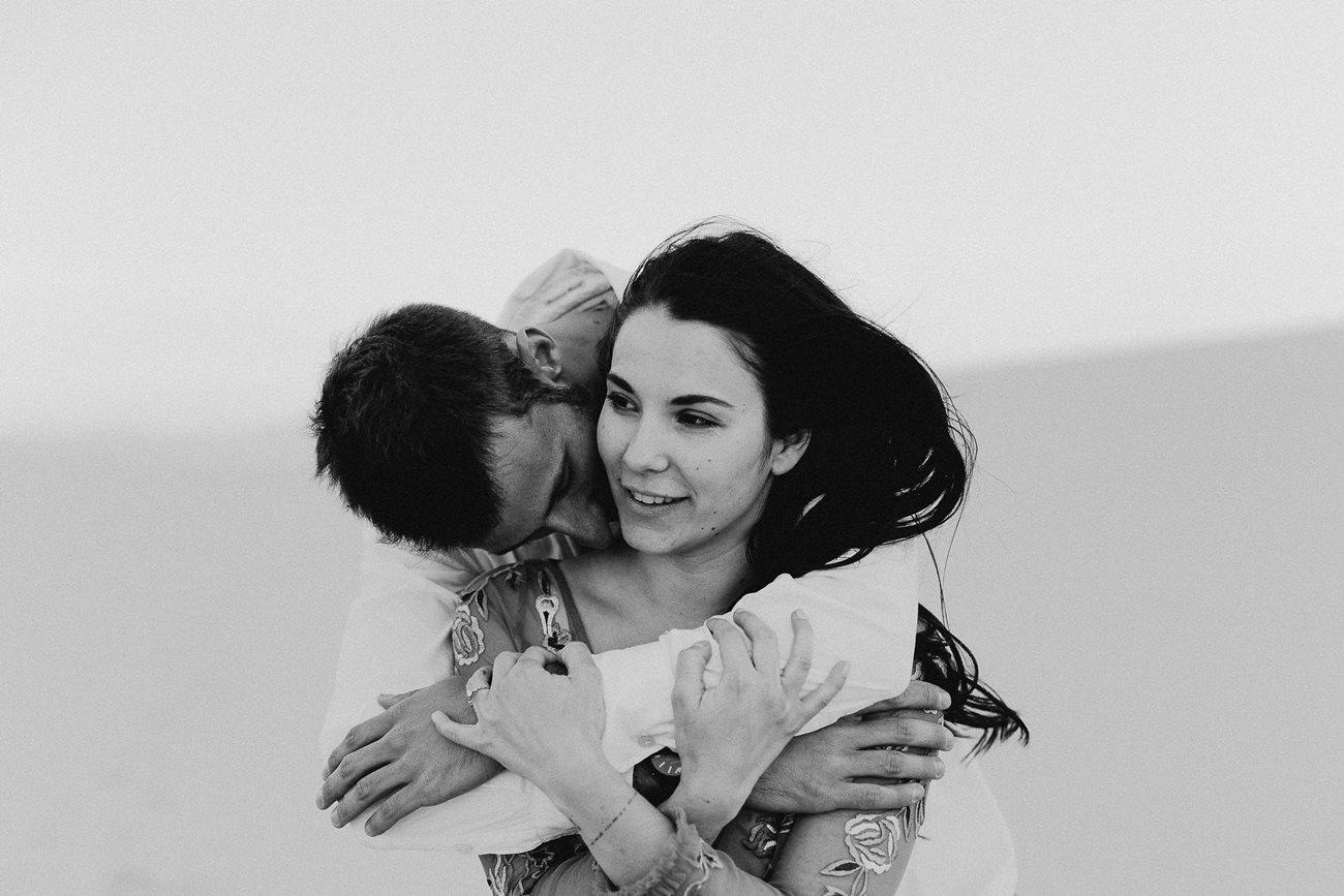séance couple dune du Pilat calin mariés noir et blanc