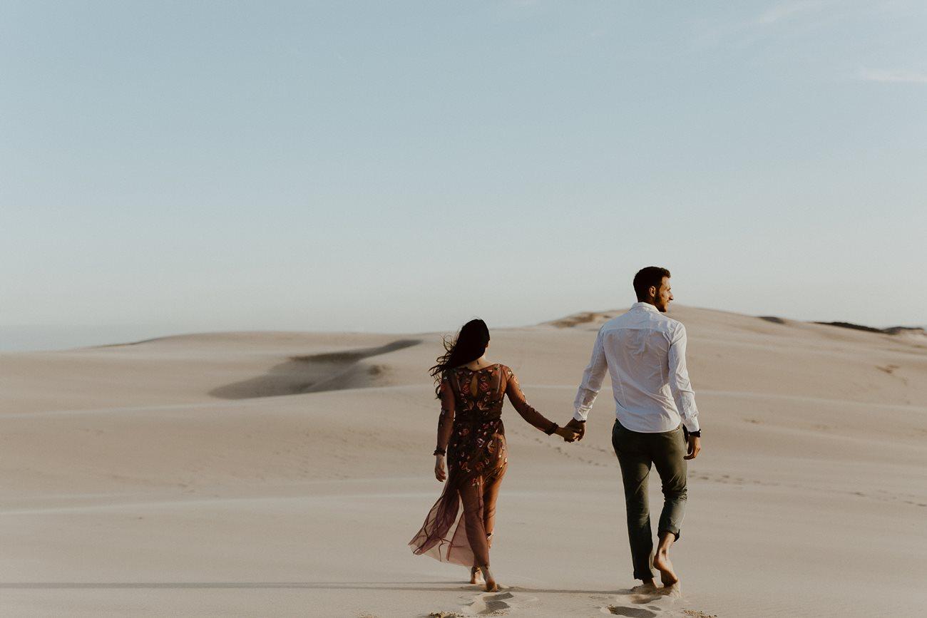 séance couple dune du Pilat amoureux de dos marchent pieds nus sable