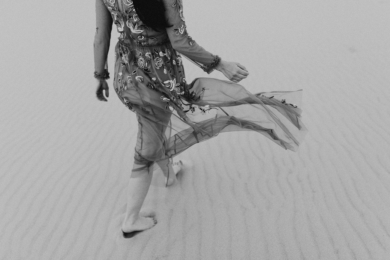 séance couple dune du Pilat détail robe mariée noir et blanc