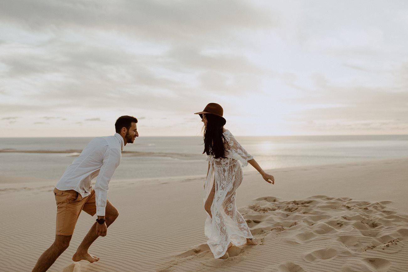 séance couple dune du Pilat mariés s'amusent dans le sable