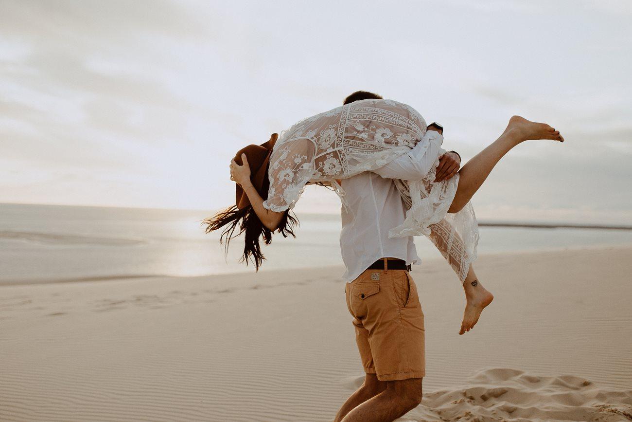 séance couple dune du Pilat jeu mariés sur la plage
