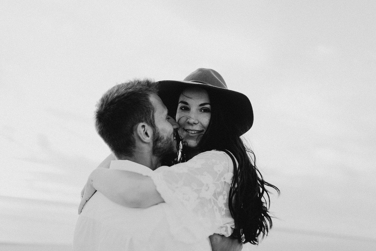 séance couple dune du Pilat calin amoureux portrait femme noir et blanc