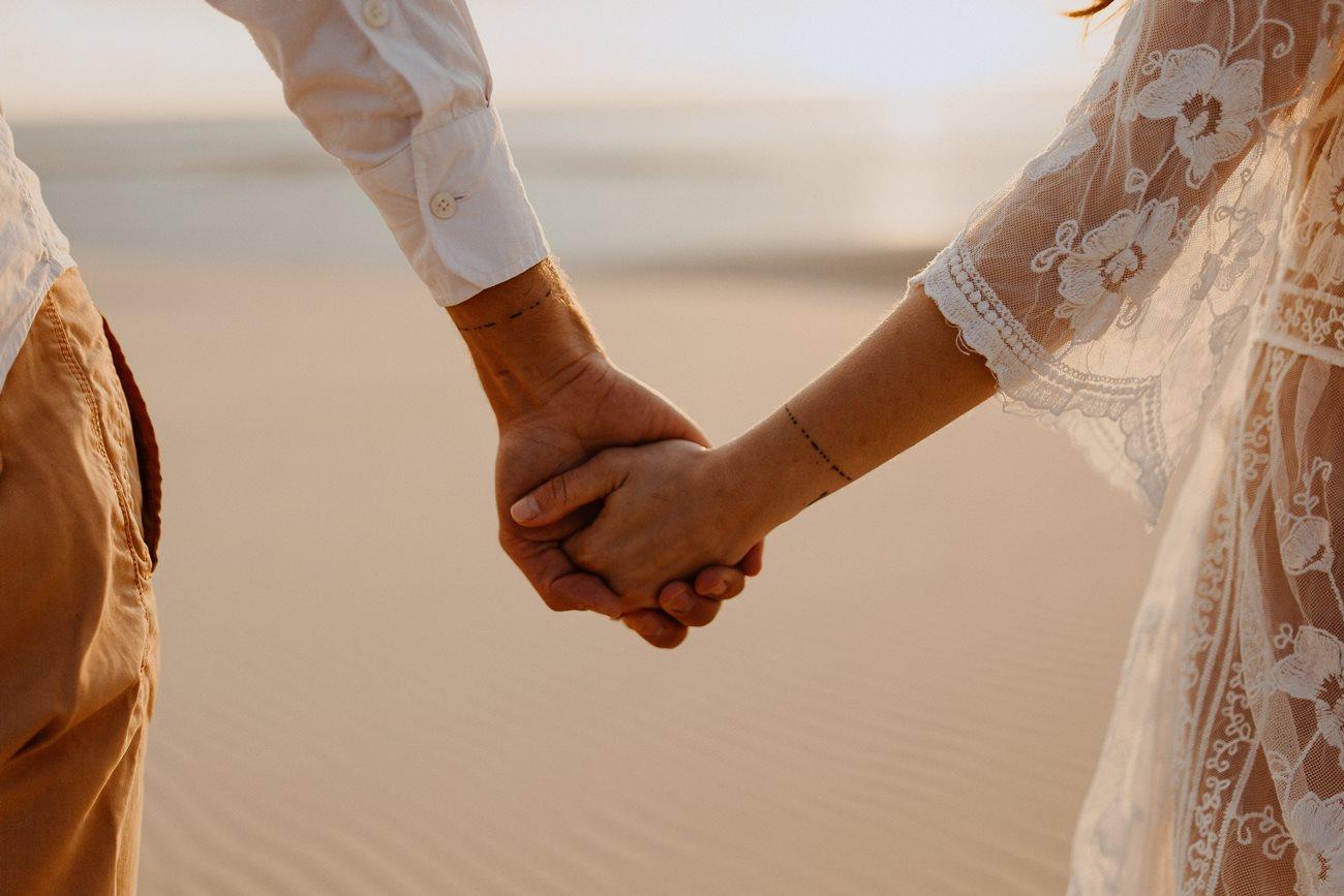 séance couple dune du Pilat détail mariés mains dans la main