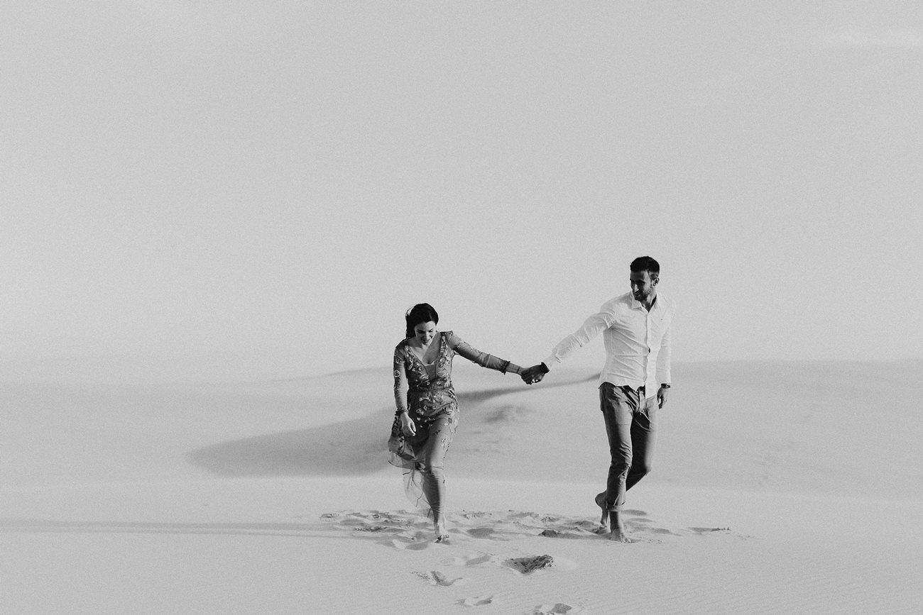 séance couple dune du Pilat promenade amoureux main dans la main noir et blanc