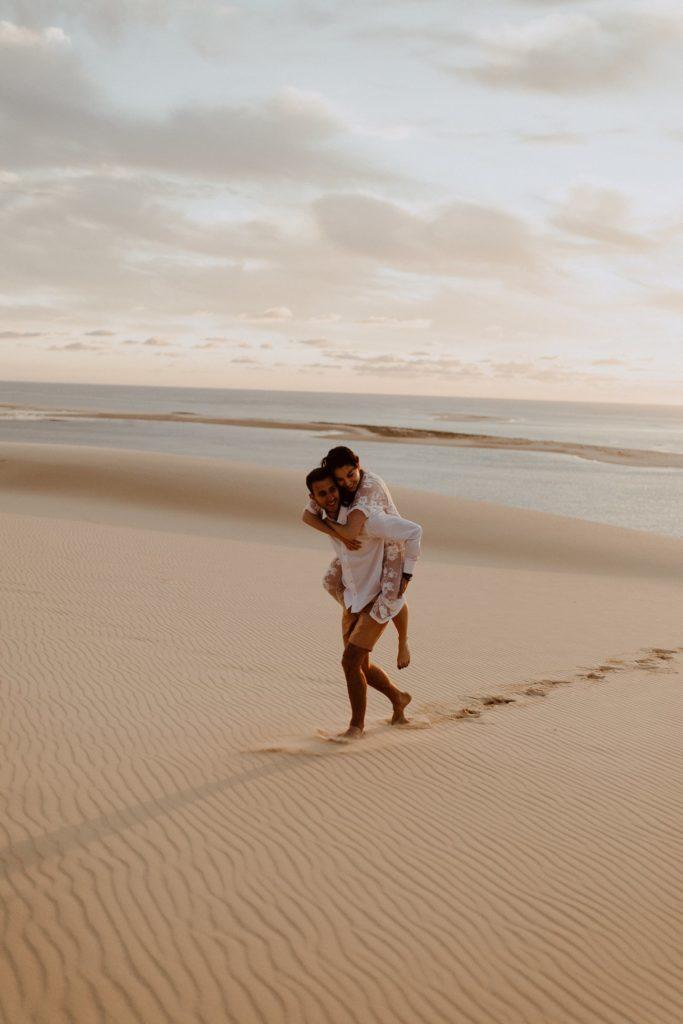 séance couple dune du Pilat amoureux courent dans le sable