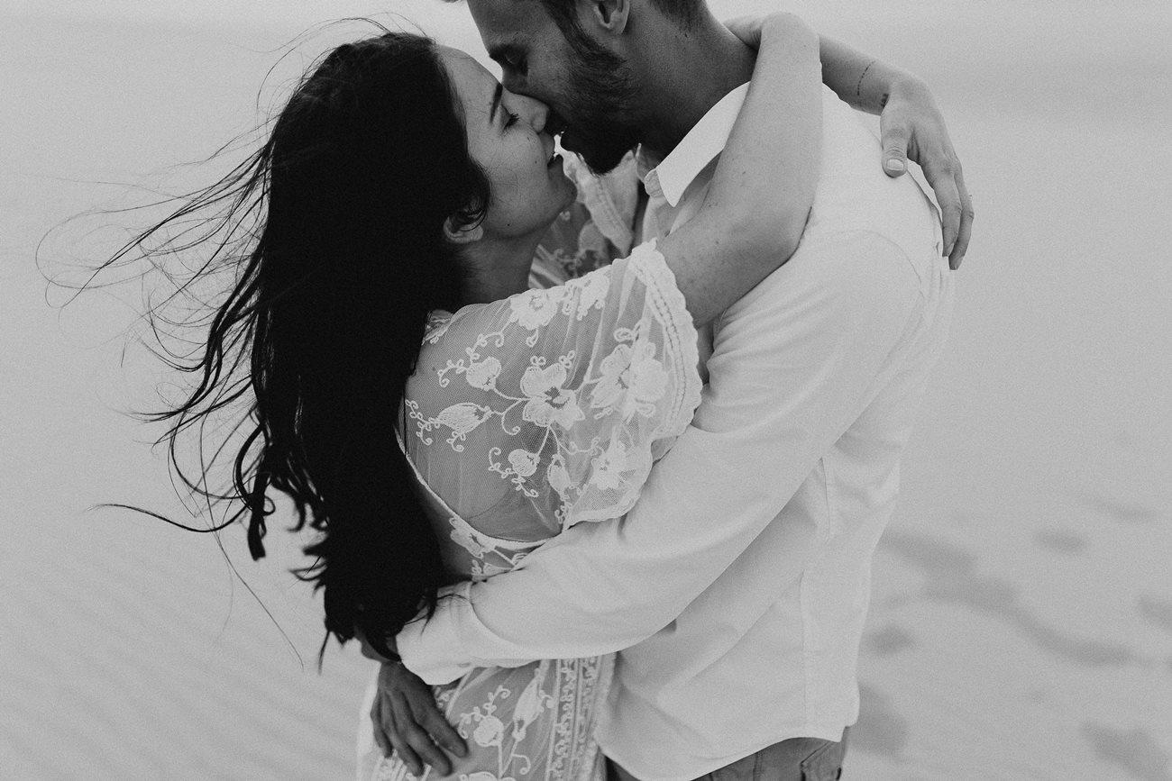 séance couple dune du Pilat mariés bisou intense noir et blanc
