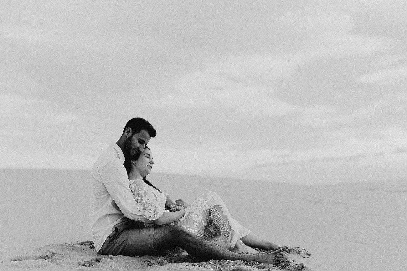 séance couple dune du Pilat mariés calin assis noir et blanc
