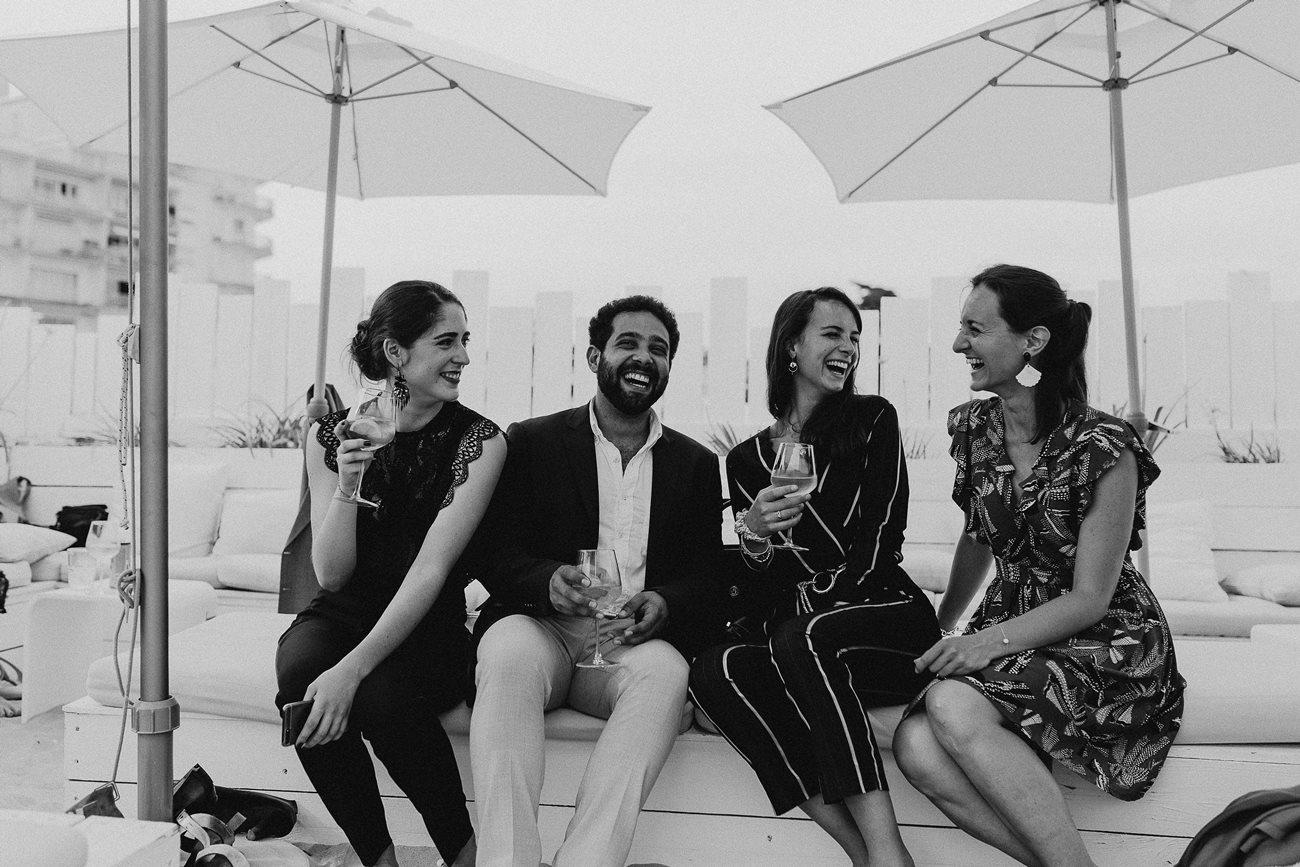Photo invités mariage rires noir et blanc bar cocktail plage Le Pouliguen