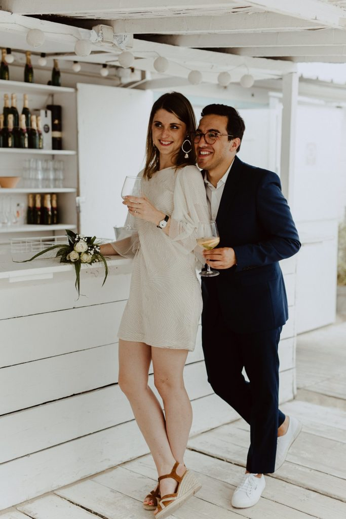 photo couple mariés cocktail sourires champagne