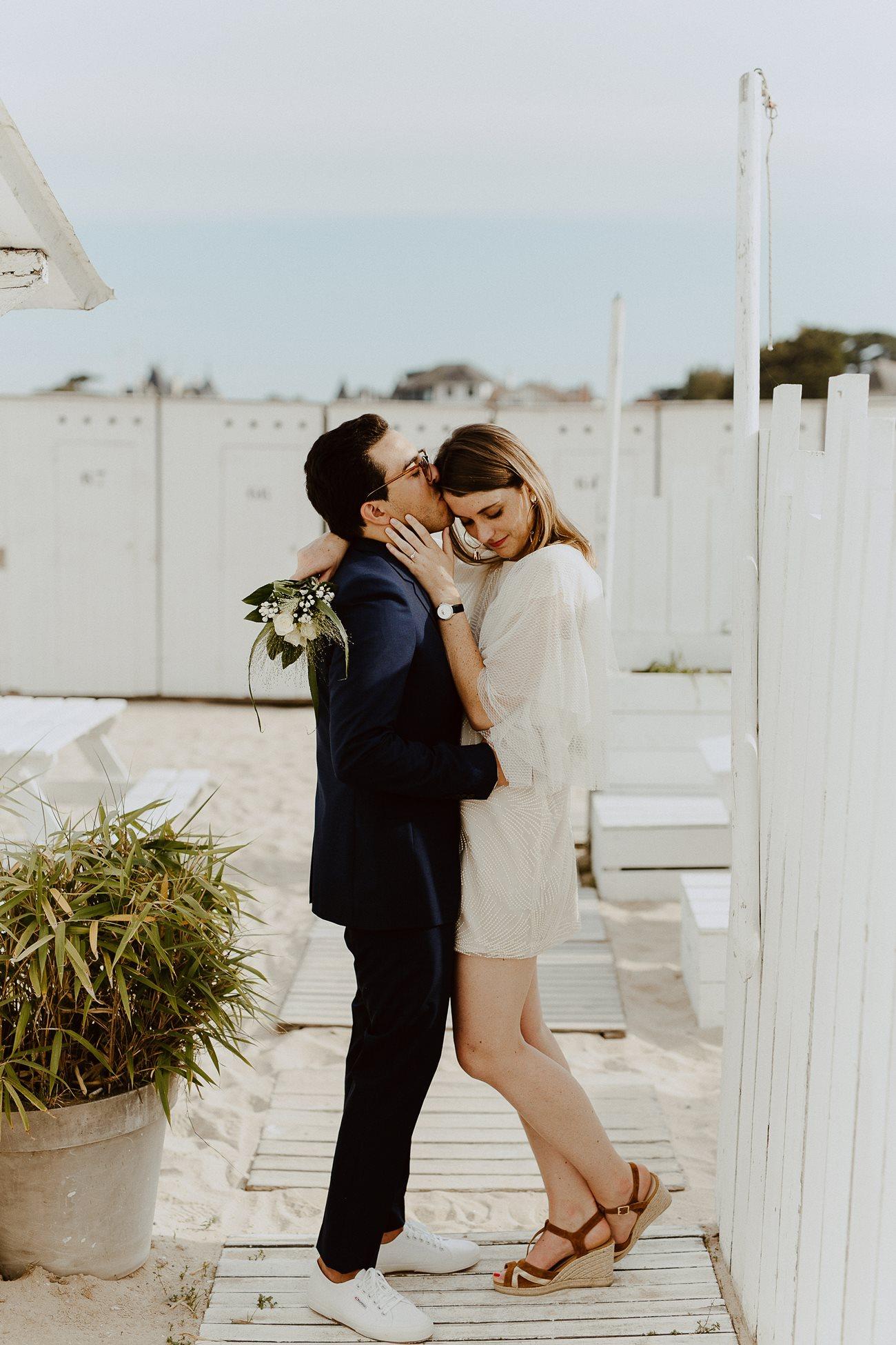 séance couple mariage bisou mariés été plage Les Bains du Nau