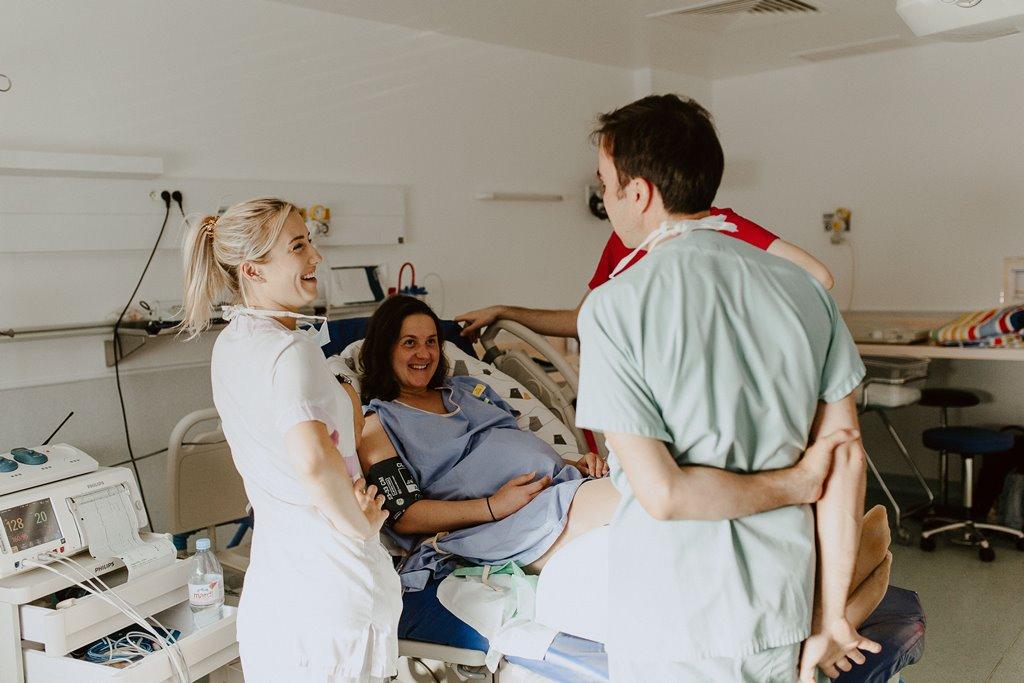 Reportage photo naissance discussion future maman sage femme anesthésiste