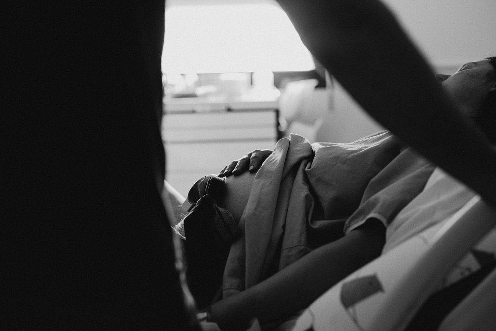 Reportage photo naissance main maman sur le ventre noir et blanc
