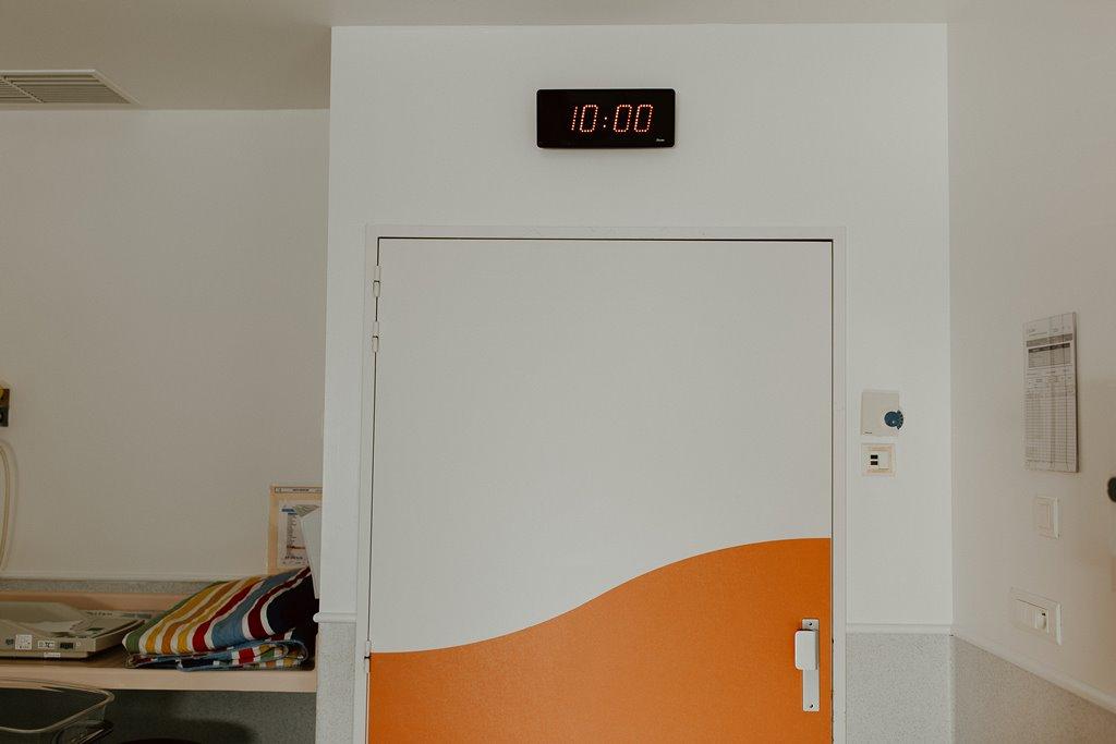 Reportage photo naissance horloge chambre accouchement