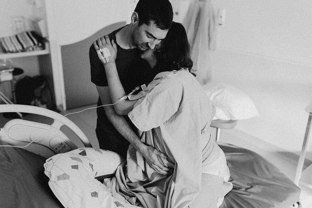 Reportage photo naissance câlin futurs parents noir et blanc