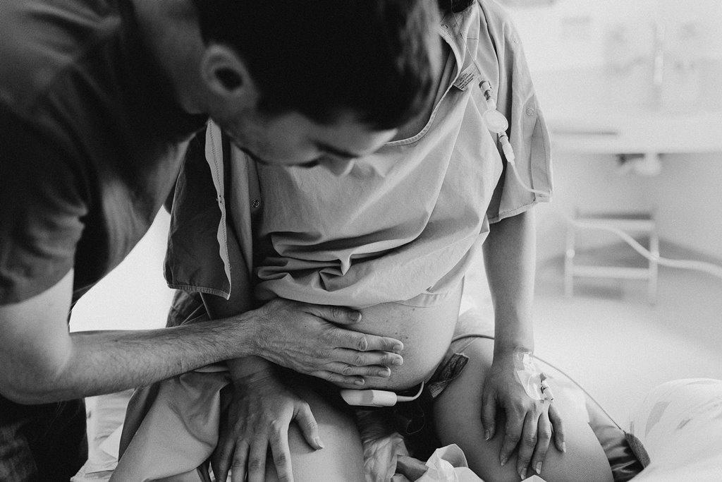 Reportage photo naissance papa touche ventre maman