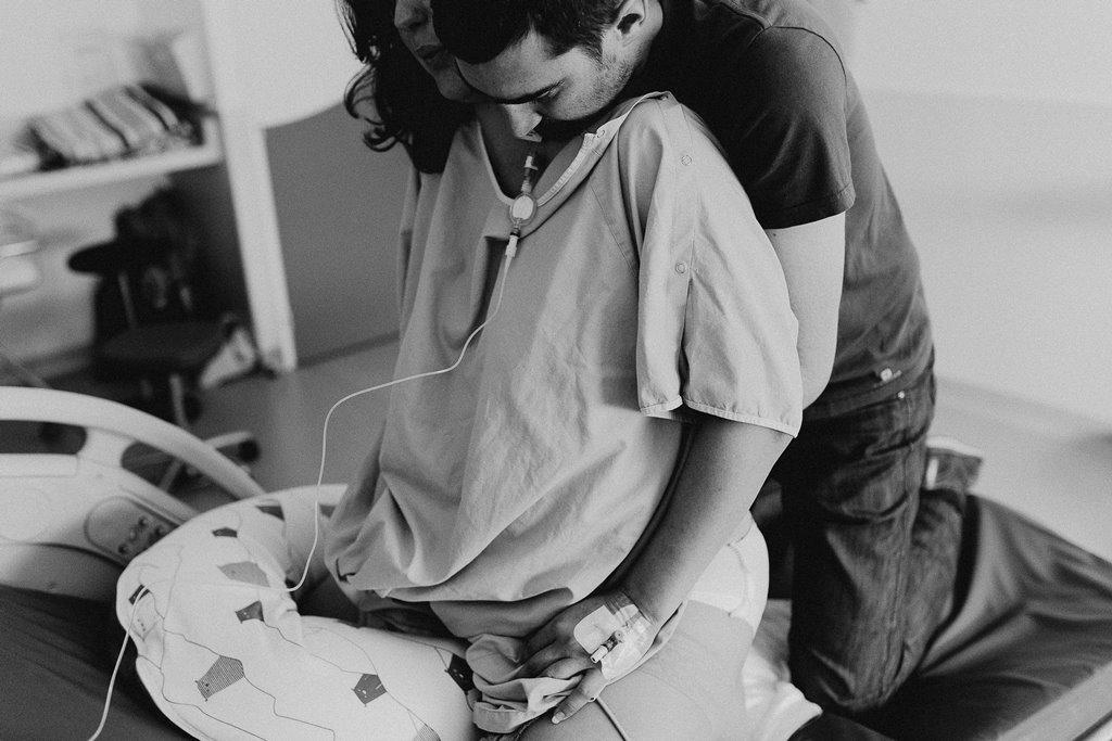Reportage photo accouchement préparation accouchement parents noir et blanc