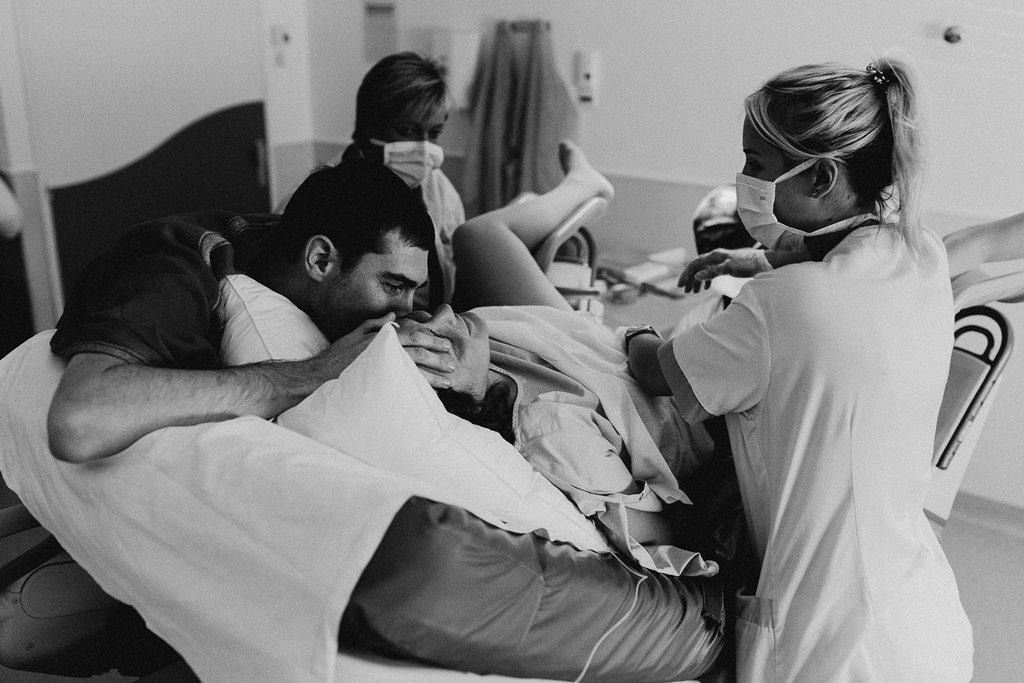 Reportage photo accouchement arrivée bébé soutient papa