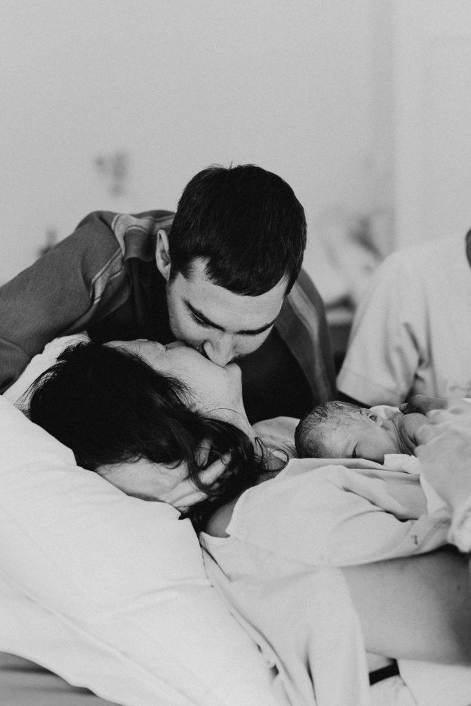 Reportage photo accouchement naissance nouveau-né bisou parents
