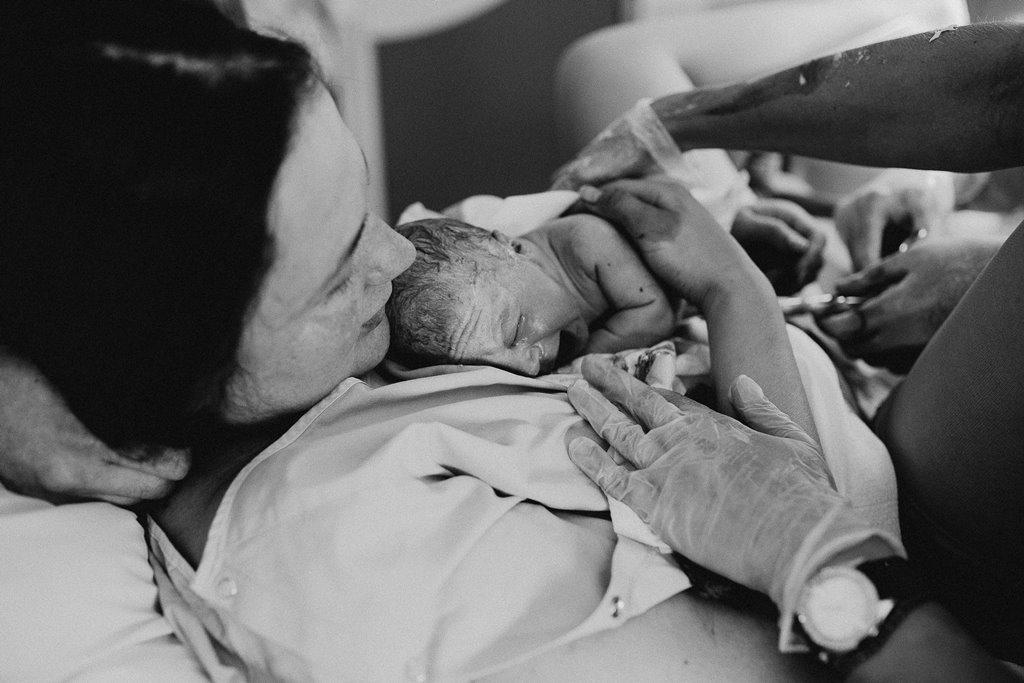 Reportage photo accouchement premiers cris nnouveau-né