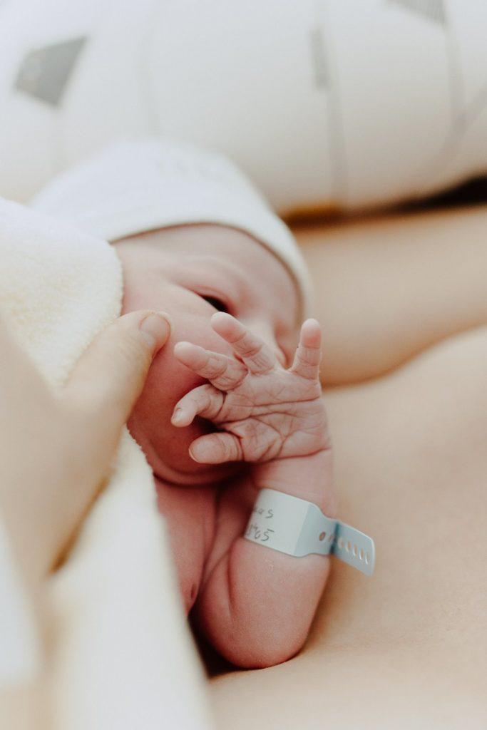 Reportage photo accouchement portrait nouveau-né petite main