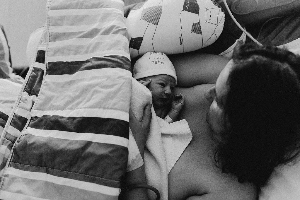 Reportage photo accouchement câlin bébé maman